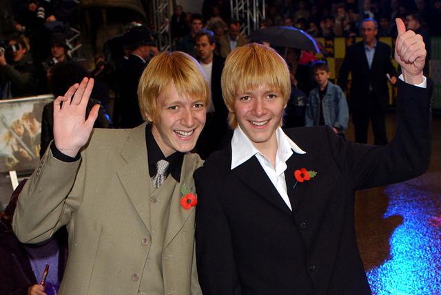 画像: 映画『ハリー・ポッター』シリーズで双子のジョージ・ウィーズリーとフレッド・ウィーズリーを演じた、同じく双子のオリバー・フェルプス(左)と、ジェームズ・フェルプス(右)。