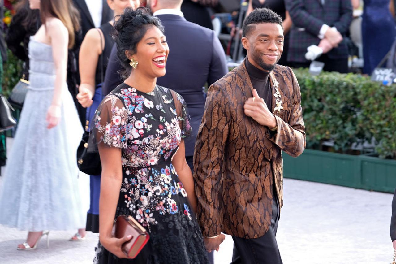 画像: 2019年1月に行なわれた全米映画俳優組合賞(SAGアワード)の授賞式には妻のテイラーを同伴。チャドウィックは、2020年8月28日、ロサンゼルスにある自宅でテイラーや家族に見守られるなか息を引き取った。