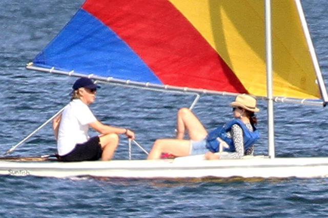 画像3: ポールと妻ナンシーが湖上デート