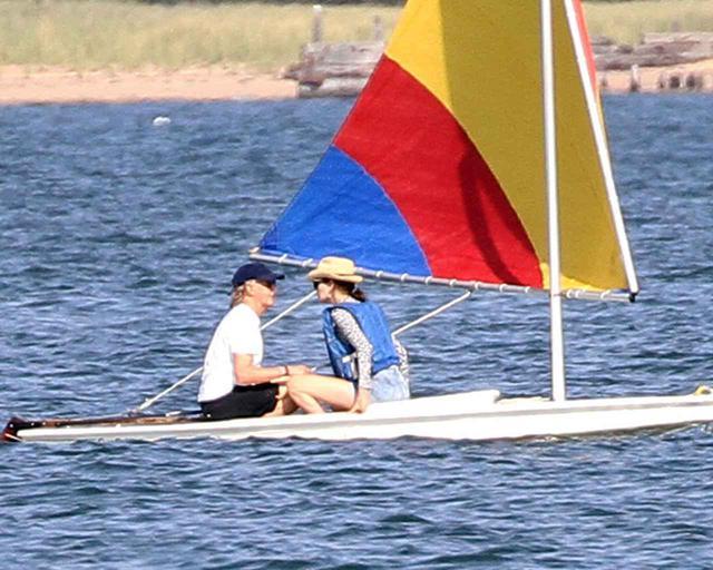 画像2: ポールと妻ナンシーが湖上デート
