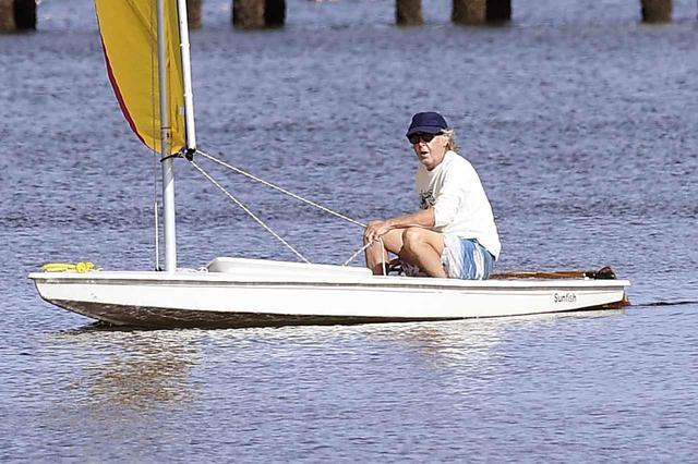 画像5: ポールと妻ナンシーが湖上デート