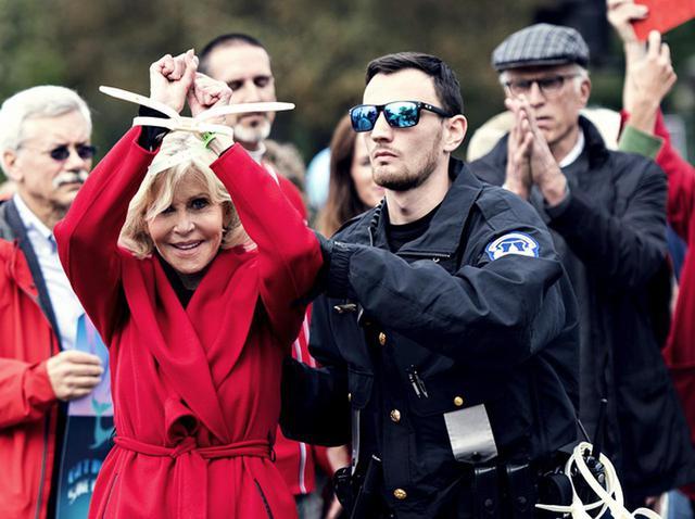 画像: 81歳の大女優ジェーン・フォンダ、真っ赤なコートでキメて毎週逮捕される姿がパワフル - フロントロウ -海外セレブ情報を発信