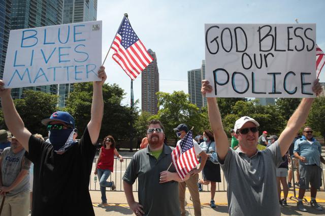 画像: 「ブルー・ライヴズ・マター」は、同じく「ブラック・ライヴズ・マター」へのカウンターである「オール・ライヴズ・マター(ALL Lives Matter/すべての命に価値がある)」と支持者層は近いが、「ブルー・ライヴズ・マター」は警察権力への支持や警察に対する暴力への反対に特化している。