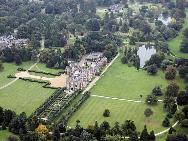 画像: 空から見たサンドリンガム・ハウスとその敷地。(2013年撮影)