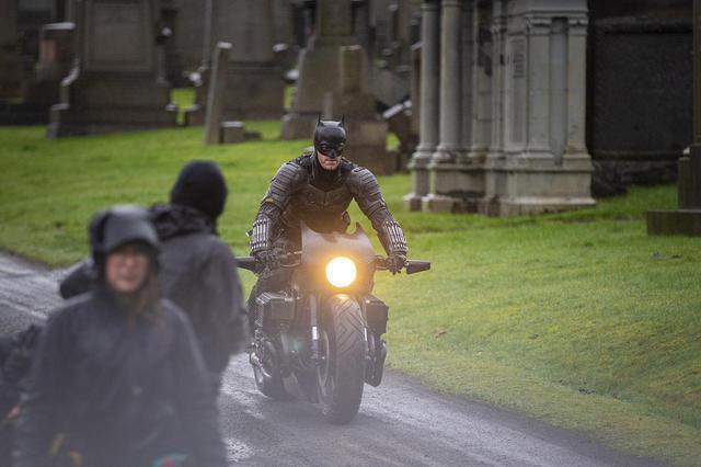 画像: 2月の撮影休止前に目撃された、主演のロバート・パティンソンのスタントダブルががバイクに乗って走行する様子。