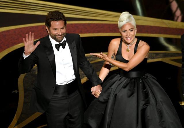 画像: 2019年の第91回アカデミー賞授賞式にて、『アリー/ スター誕生』で共演したレディー・ガガと。