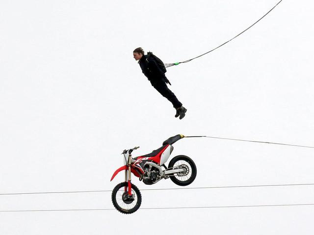 画像: 『ミッション:インポッシブル』事故後にトム・クルーズがスタント!空を飛ぶ - フロントロウ -海外セレブ情報を発信