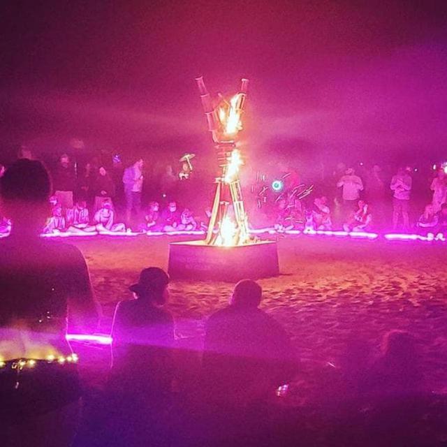 """画像: ビーチでバーニングマンを""""自主開催""""した人たち。"""