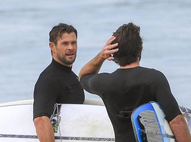 """画像: リアム&クリス・ヘムズワース兄弟がサーフィン、""""一緒に波に乗る姿""""が完全に映画 - フロントロウ -海外セレブ情報を発信"""