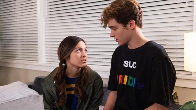 画像: ジョシュア・バセット演じるリッキーは、LGBTQ+のアライであることが分かるプライドTシャツを愛用。
