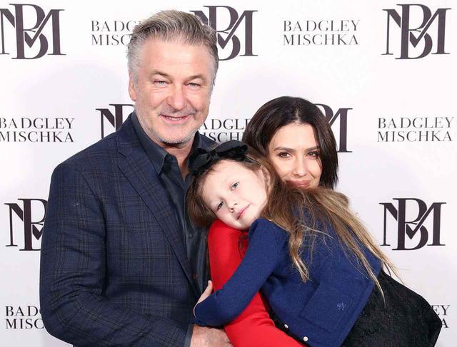 画像: アレック・ボールドウィンと妻でヨガインストラクターのヒラリア・ボールドウィン、そして娘のカルメンちゃん。