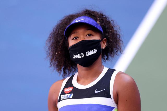 画像: アマード・アーベリーと書かれたマスクを着用する大坂選手。