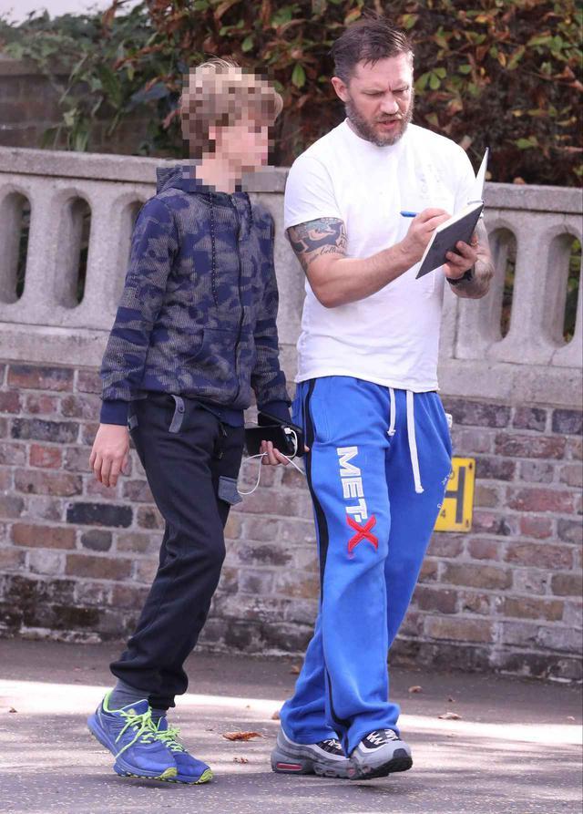 画像2: トム・ハーディが息子と買い物に出かける
