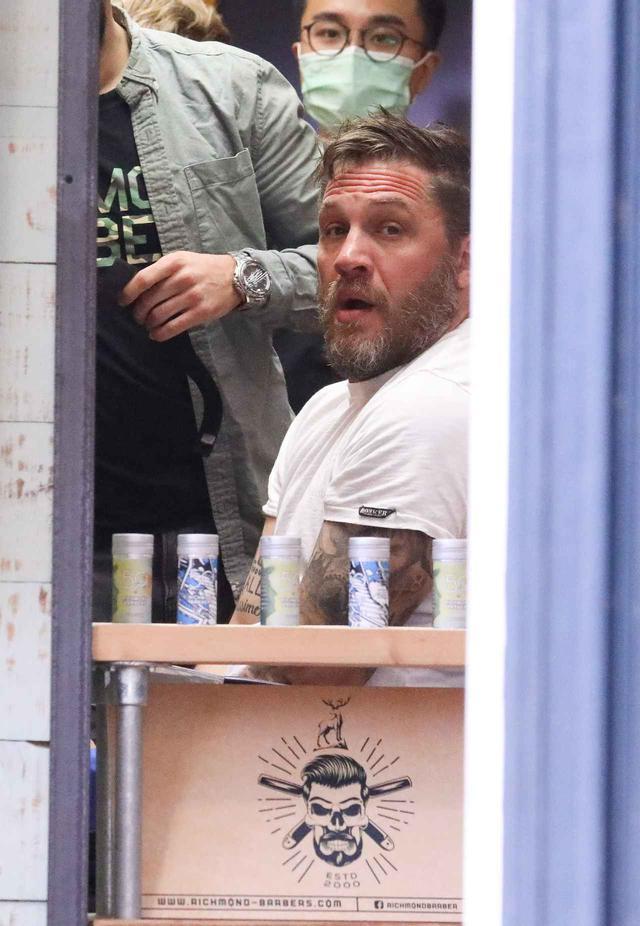 画像1: トム・ハーディが息子と買い物に出かける