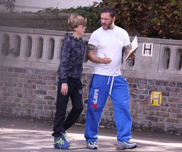 画像4: トム・ハーディが息子と買い物に出かける