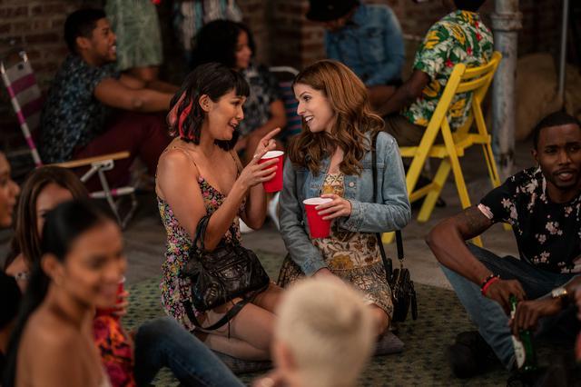 画像: アナ・ケンドリック演じる20代のダービー・カーターが主人公。