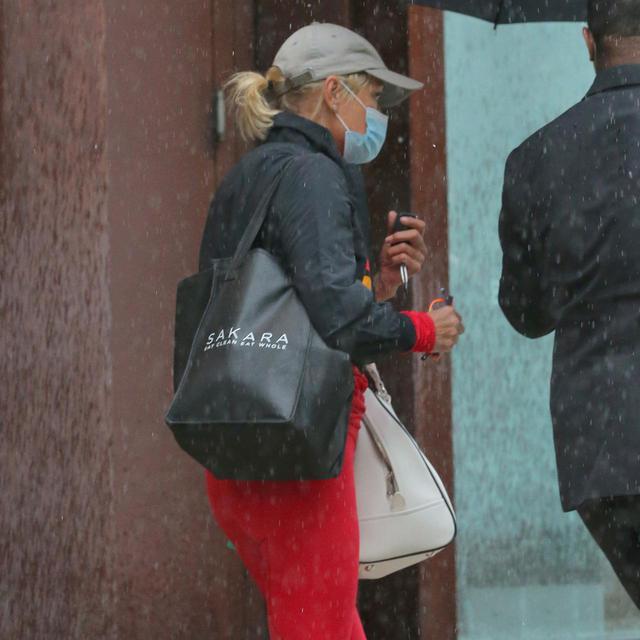 画像: ジジ&ゼイン宅から大きな荷物を持って出ていくところを目撃されたヨランダ・ハディッド。