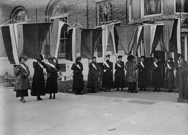 画像: NWPのアリス・ポールが率いたサイレント・センティネルがホワイトハウスの前で抗議活動を行なう様子。(1917年に撮影)