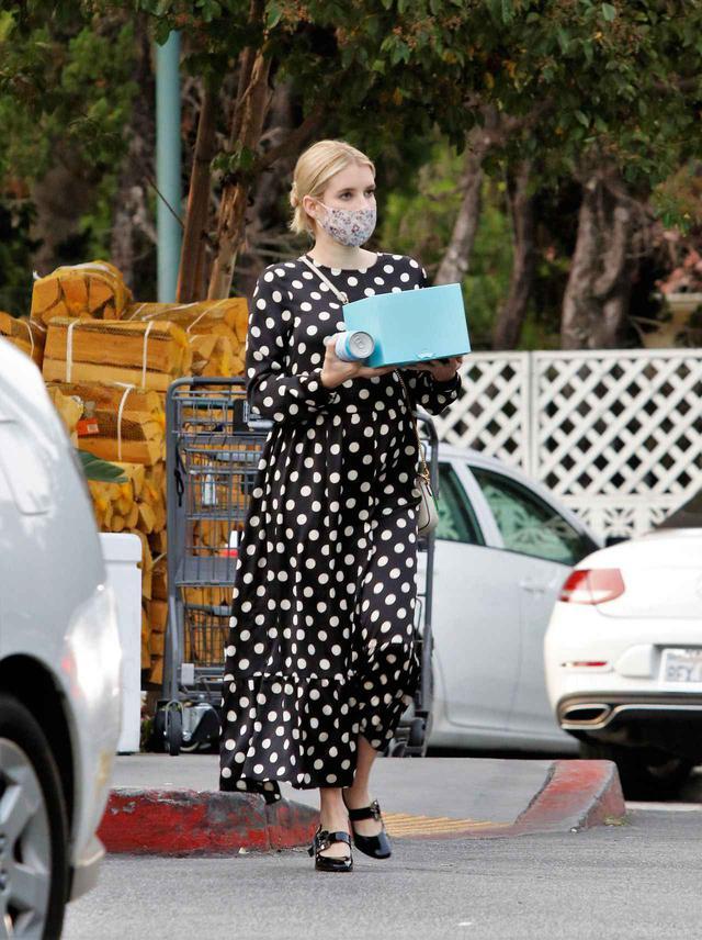 画像2: 女優のエマ・ロバーツの私服に注目