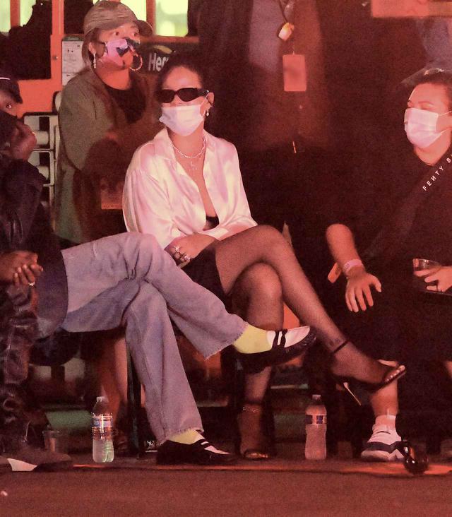 画像: マスクをして撮影現場を訪れたリアーナ。