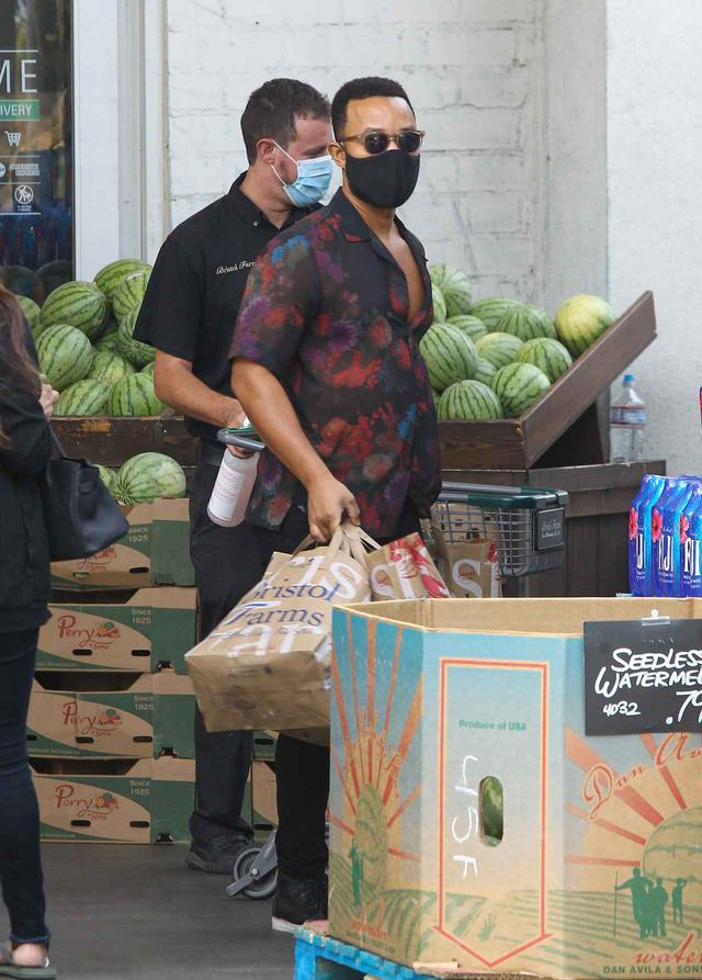 画像1: ジョン・レジェンドが1人でスーパーで買い物