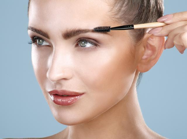 画像: 目立つフレームは控えめな眉毛に