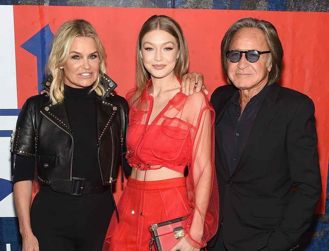 """画像: 左からジジの母で元モデルのヨランダ・ハディッド、ジジ・ハディッド、そして名の知れた""""大富豪""""であるジジの父モハメド・ハディッド。ジジの両親はすでに離婚している。"""