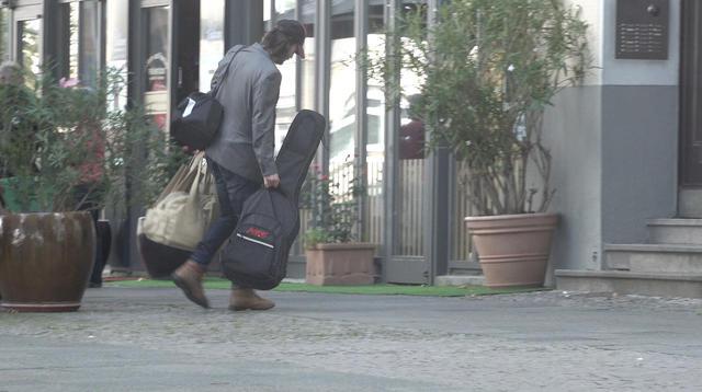 画像3: キアヌ・リーブスがたくさんの荷物を抱えて帰宅