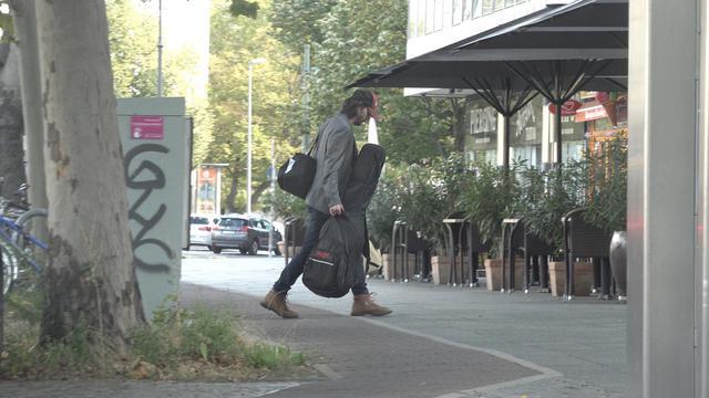 画像2: キアヌ・リーブスがたくさんの荷物を抱えて帰宅