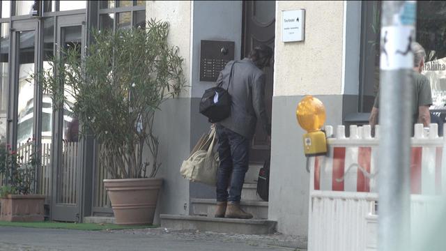 画像4: キアヌ・リーブスがたくさんの荷物を抱えて帰宅