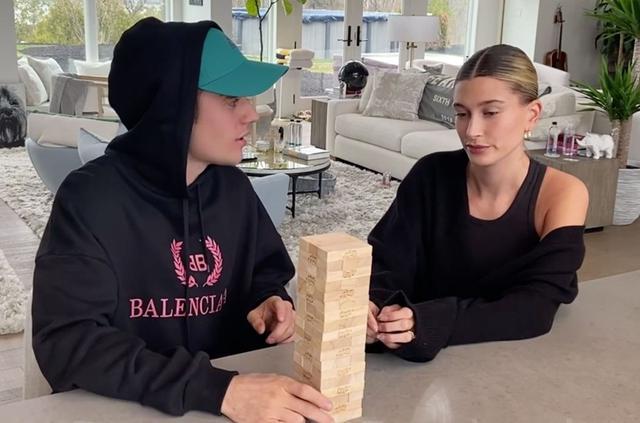 画像: 『The Biebers on Watch』より、ジェンガをしながら話をするビーバー夫妻。 Photo:©︎The Biebers on Watch/Facebook Watch