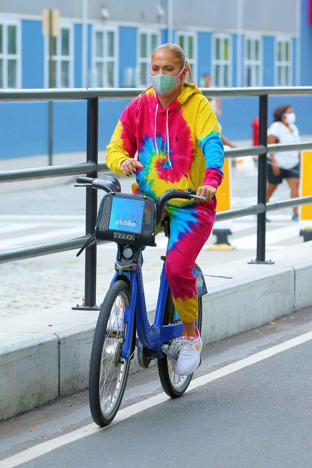 画像4: ジェニファー・ロペスが「レンタル自転車」でお出かけ