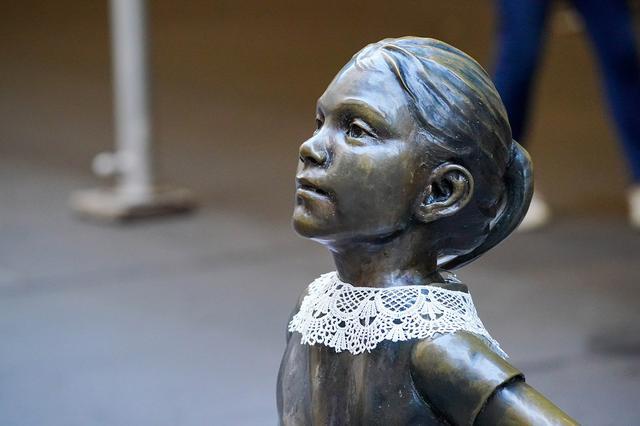 画像5: 「恐れを知らない少女」像がRBG仕様に変身