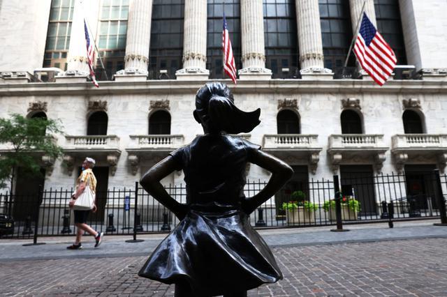画像3: 「恐れを知らない少女」像がRBG仕様に変身