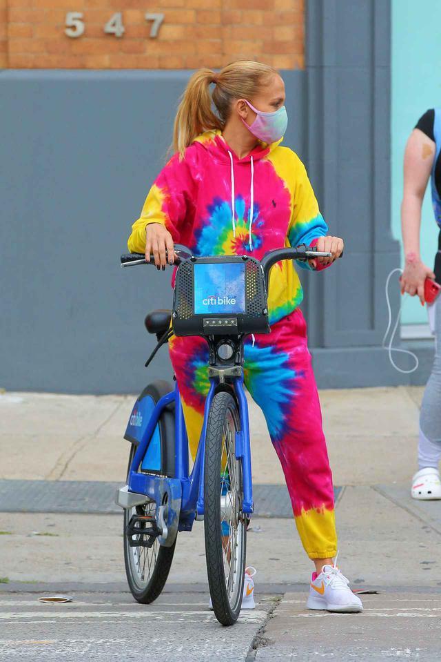 画像3: ジェニファー・ロペスが「レンタル自転車」でお出かけ