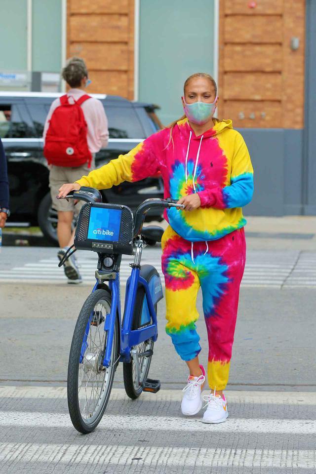 画像2: ジェニファー・ロペスが「レンタル自転車」でお出かけ
