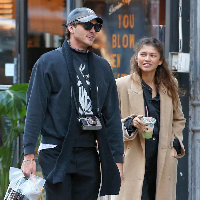 画像: ニューヨークの街を散策するジェイコブとゼンデイヤ。
