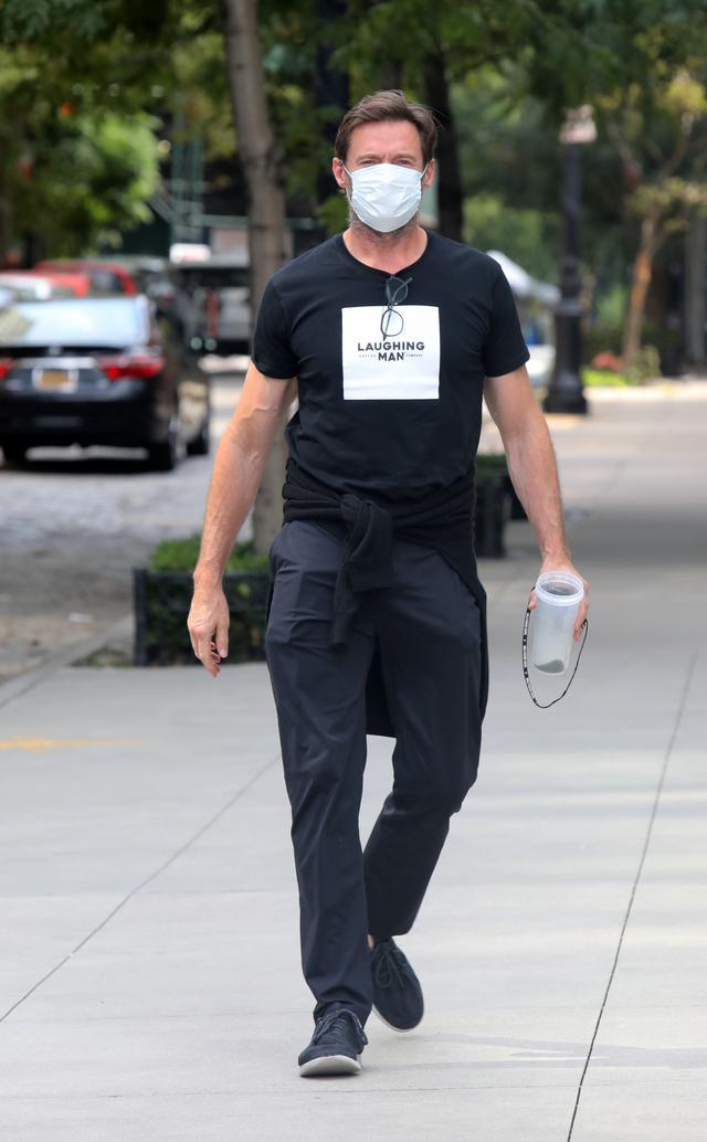 画像2: 散歩中のヒュー・ジャックマンをキャッチ