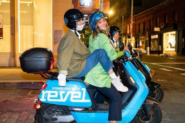 画像3: ベラ・ハディッドが友人と「レンタル〇〇」でお出かけ