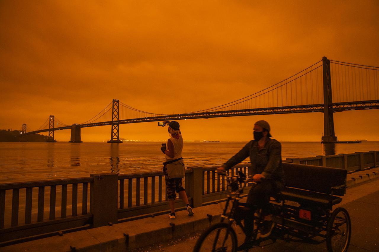 画像: 森林火災によってオレンジに染まる街。(カリフォルニア州サンフランシスコで9月9日に撮影)