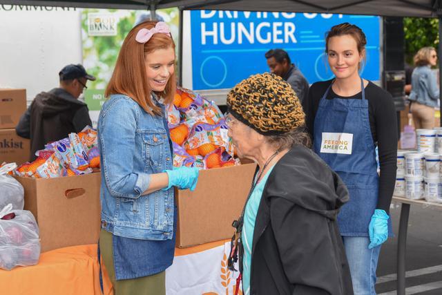画像: ドラマ『ゴシップガール』で共演した俳優のジョアンナ・ガルシアとともに「フィーディング・アメリカ」のボランティア活動に参加したレイトン。(2019年5月撮影)