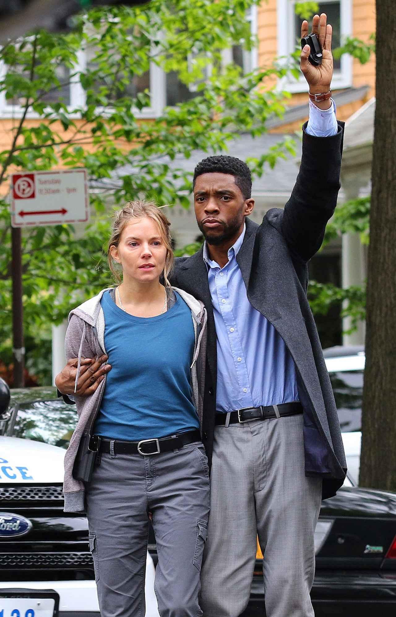 画像: 2019年5月、ブルックリンで『21ブリッジス』を撮影するシエナとチャドウィック。