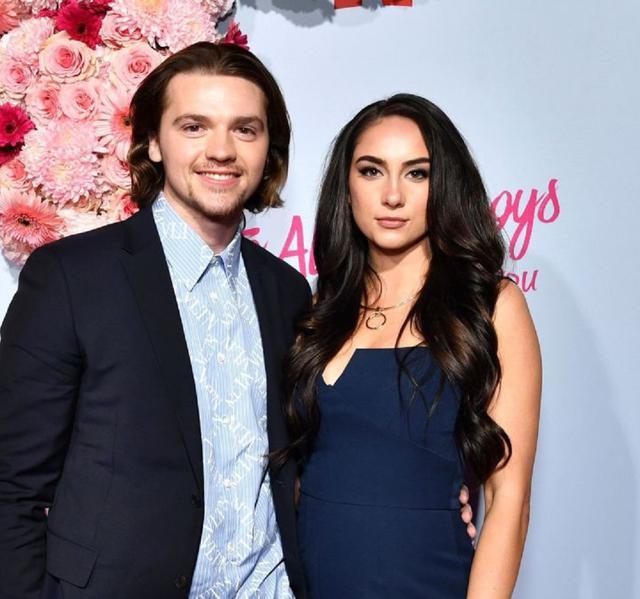 画像: ジョエルと妻のミア。ジョエルは、2011年公開のスティーヴン・スピルバーグ監督映画『SUPER8/スーパーエイト』で主人公に抜擢され、子役デビュー。