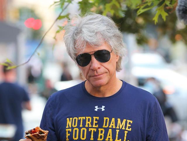 画像: ジョン・ボン・ジョヴィ、軒先で立ちながらピザを頬張っているだけで渋い - フロントロウ -海外セレブ情報を発信