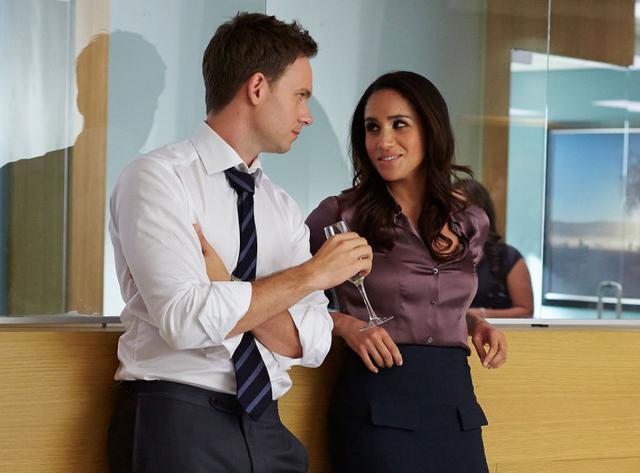 画像: マイク役のパトリック・J・アダムス(左)とレイチェル役のメーガン妃(右)。 Photo:©︎UNIVERSAL CABLE PRODUCTIONS / Album/Newscom