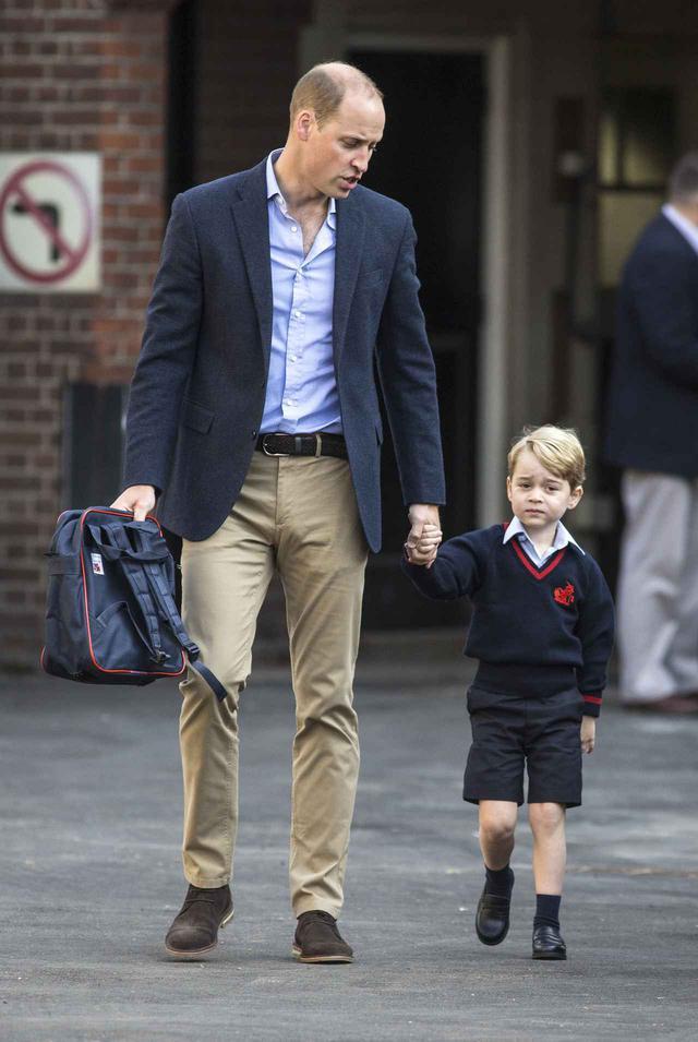画像: ジョージ王子を学校へ送るウィリアム王子。