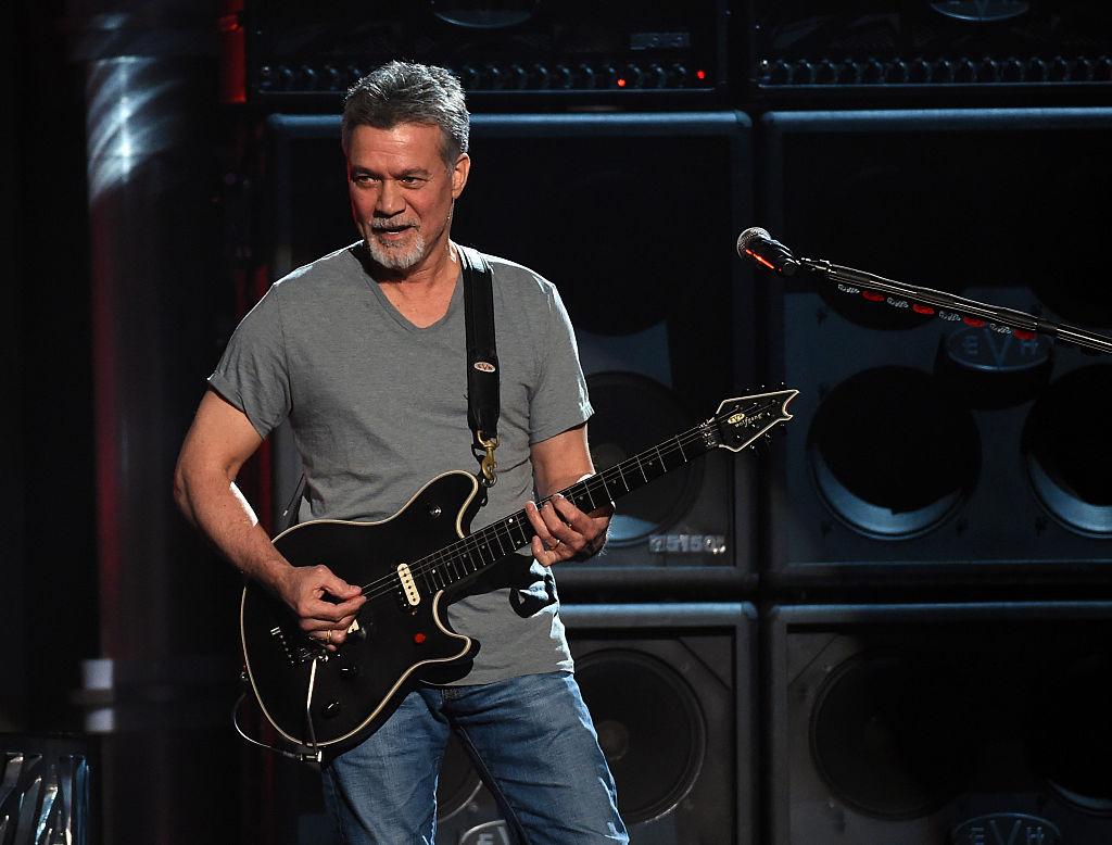 画像: 2015年のBillboardミュージック・アワードにて、メンバーたちと「パナマ」を演奏するエドワード。故マイケル・ジャクソンの名曲「Beat It」でギター演奏を担当するなど、80年代の音楽界を牽引したロックスターとして知られる。