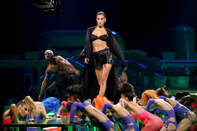 画像1: リアーナがファッションショーで犯した「重大なミス」