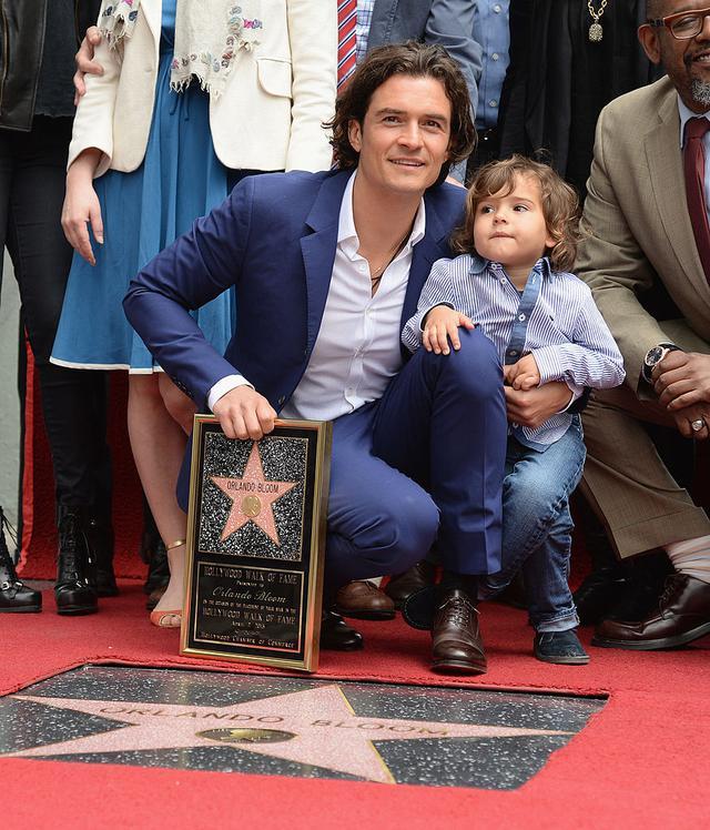 画像: 2014年、ハリウッドの殿堂入りを果たしたオーランドは、星形プレートの授与式にフリン君を同伴。