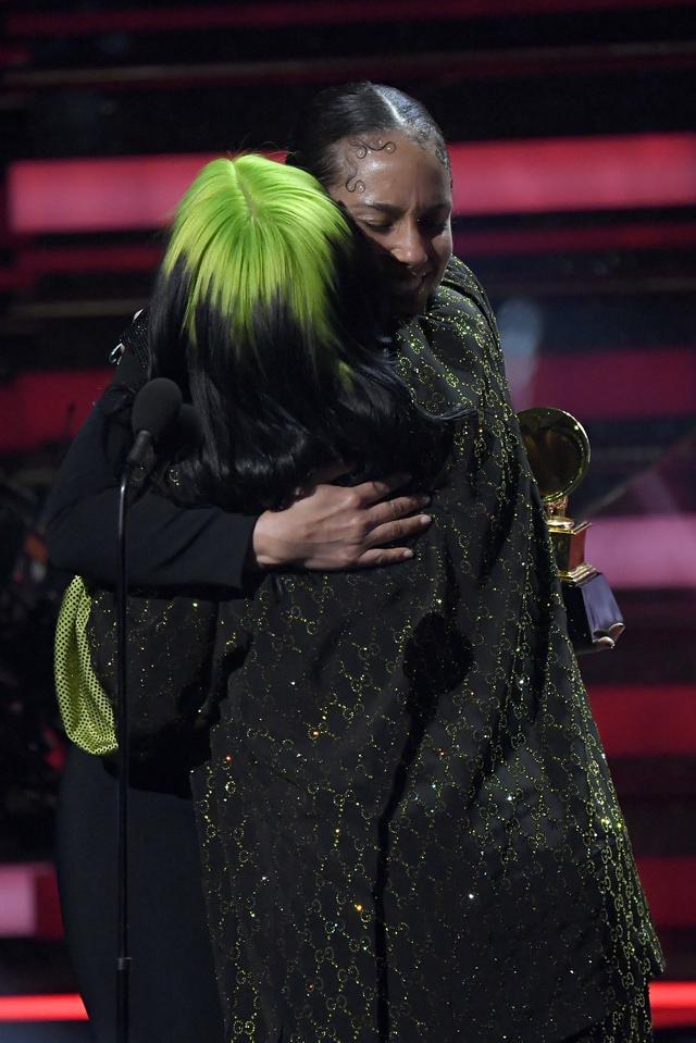 画像: 第62回グラミー賞授賞式でハグをするアリシアとビリー。